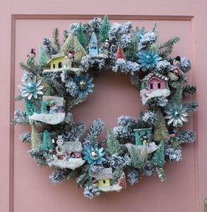 I put a similar wreath like this one on last year's Christmas craft post. But this one has less snow and more snowmen.