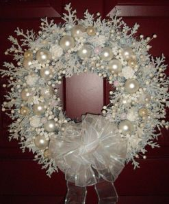This one is quite fancy compared to the snow wreaths I posted so far. But I couldn't do a second craft post without it.