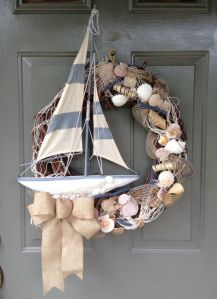 Well, you can bet it's an ocean wreath when there are seashells on it. If not, then it might as well be a lake one.