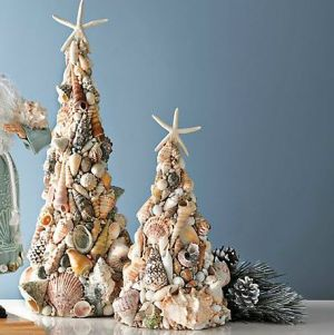 Yes, I know another seashell Christmas tree. But this one is quite fancy as you can see.