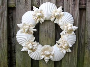 I know this isn't the first scallop wreath on this post. But I assure you that this one is in a different style as you can see.