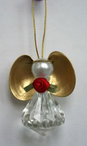 Includes a pearl head and golden wings. Love the rose in the middle. Adorable.