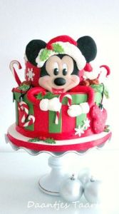 Okay, I'm not a fan of Mickey Mouse. But I couldn't miss this cake up. Since I know he has his fans.
