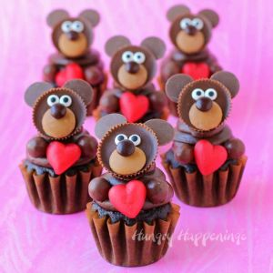 They have Ree's minicup heads and hands of chocolate icing. Nevertheless, they're just adorable.