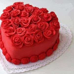 Not sure if the roses are fake or made from icing. But I really love this beautiful cake.