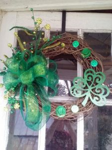 Has a large green bow, green leprechaun hats, and a large green shamrock. Great for parties, though it might get destroyed in the process if there's a lot of alcohol.