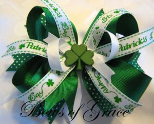 "Has a ribbon that says ""Saint Patrick's Day"" on it. Like the shamrock in the middle."