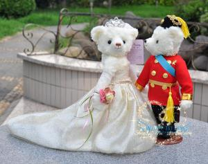 Okay, these are the Will and Kate teddy bears. Hard to believe they have two kids who look like miniature versions of themselves.