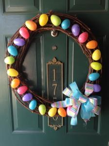 I've put up plastic egg wreaths before in last year's Easter craft post. But this one has its own unique style.