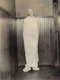 12295630_17-creepy-vintage-halloween-costumes-that_t3dd19e22