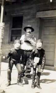 scary-vintage-halloween-creepy-costumes-31-57f659d1b5ed8__605