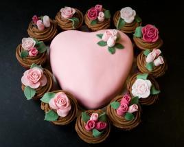 pink-rose-cupcake-and-pink-heart-cake-for-valentines-day-sevgililer-gunune-ozel-kalp-seklinde-pasta-ve-gullerle-suslu-cupcakel