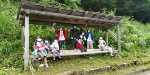 scarecrows-at-bus-stop