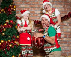 67m-white-xmas-awkward-family-photos